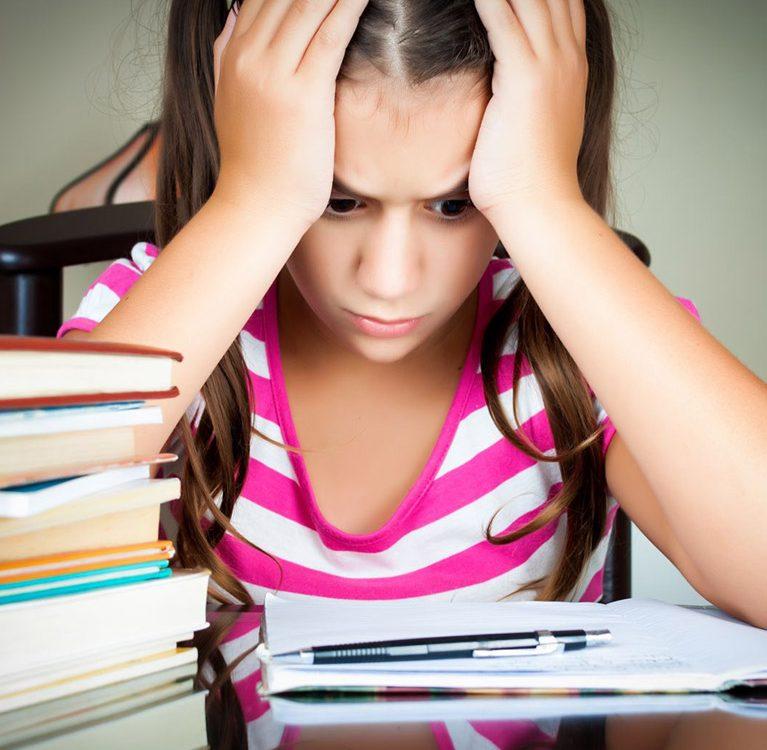 ילדה לומדת
