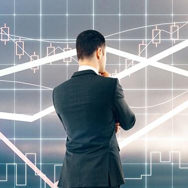 איש עסקים מסתכל על גרף