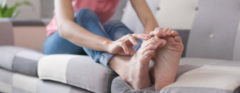 אישה מגרדת את הרגליים