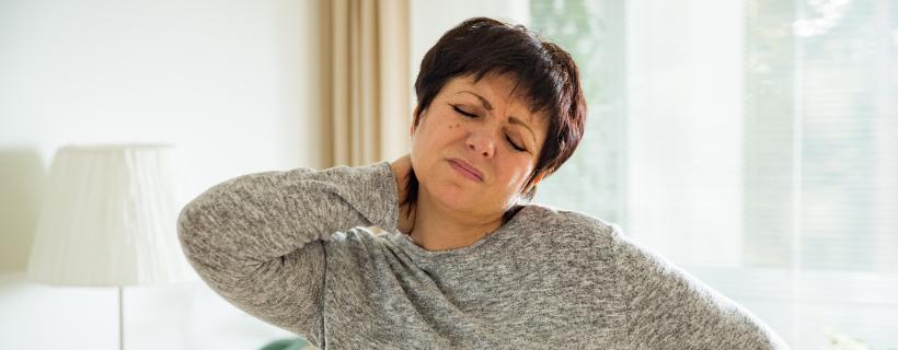 אישה מבוגרת עם כאבי צוואר