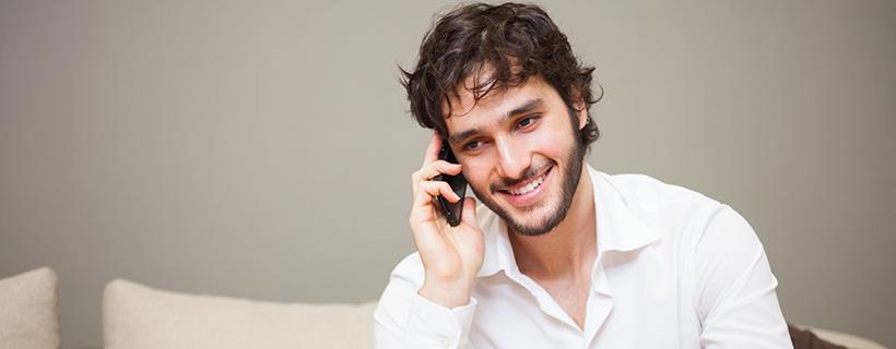 בחור מדבר בטלפון