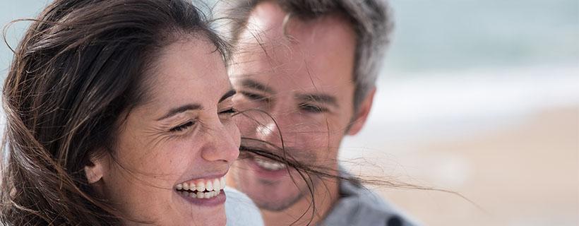 זוג מבוגרים בים