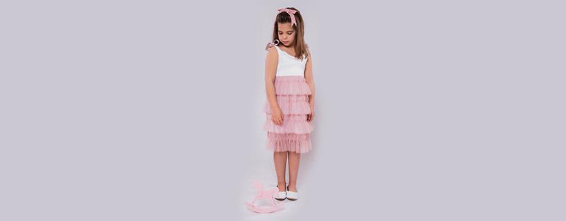 ילדה עם שמלה