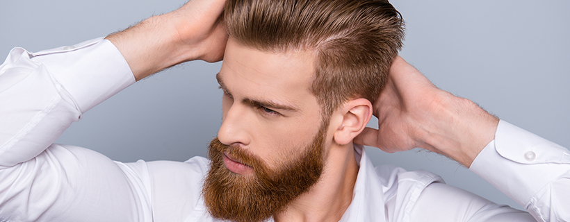 גבר מרוצה אחרי השתלת שיער