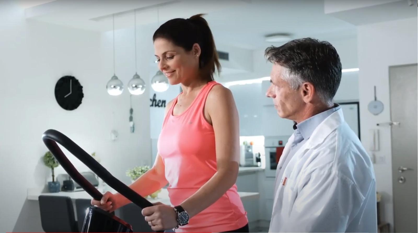 אישה מקבלת הדרכה על מכשיר אימון