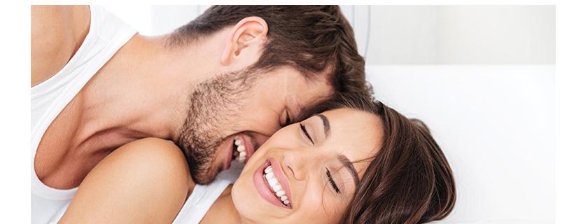 גבר מנשק אישה במיטה