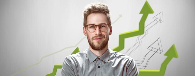 בחור עם שיער בהיר ומשקפיים מחייך כשמאחוריו חצים של גרף עולים כלפי מעלה