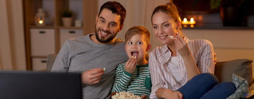 משפחה רואה טלוויזיה