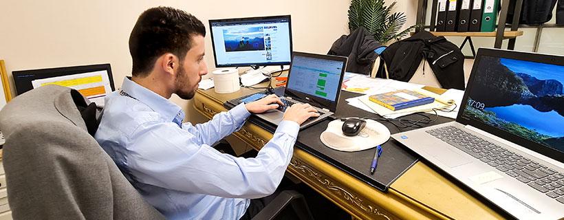 אדם יושב מול המחשב במשרד