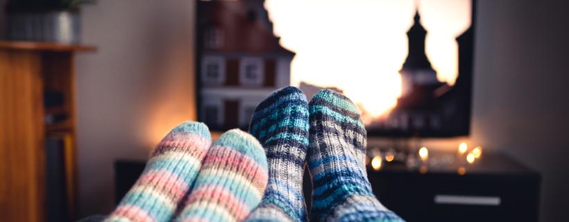 זוג עם גרביים צופים בטלויזיה