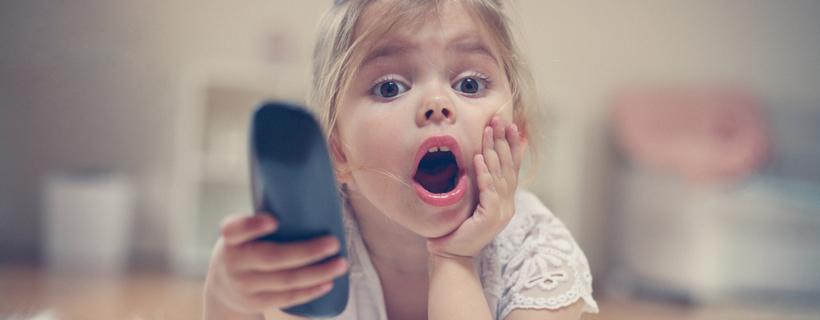 ילדה קטנה מחזיקה שלט טלוויסיה
